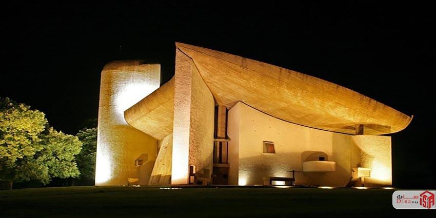 نمای نزدیک کلیسای نورشان لوکوربوزیه