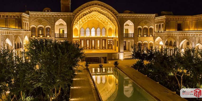 حیاط خانه عامری های کاشان در شب